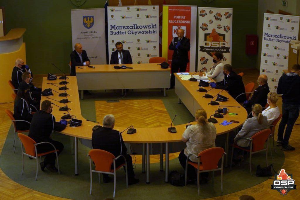 Przekazanie sprzętu odbyło się w Starostwie Powiatowym w Kluczborku