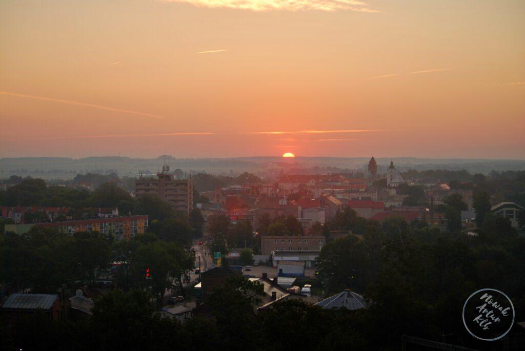 We wrześniu słońce wschodzi pomiędzy dawnym Hotelem Stobrawa a wieżą ciśnień