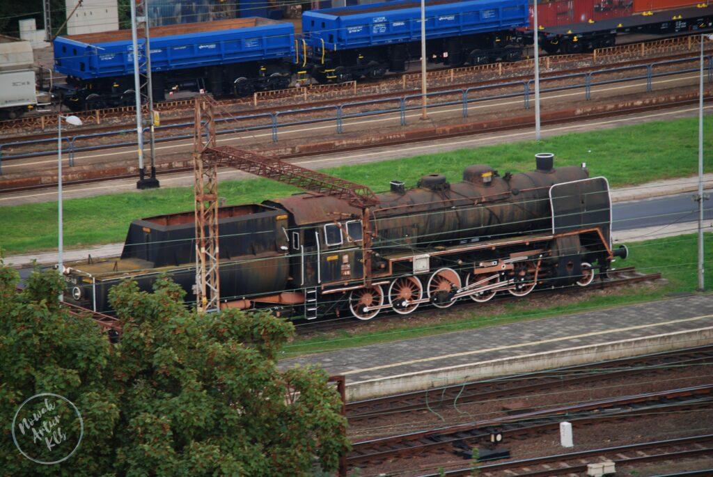 Stoi na stacji lokomotywa ale już palacz węgla w nią nie sypie