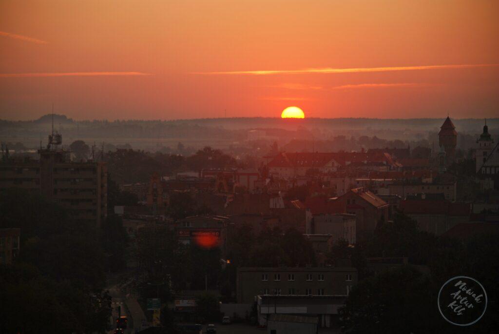 Jasno, coraz jaśniej, wschód słońca nad Kluczborkiem