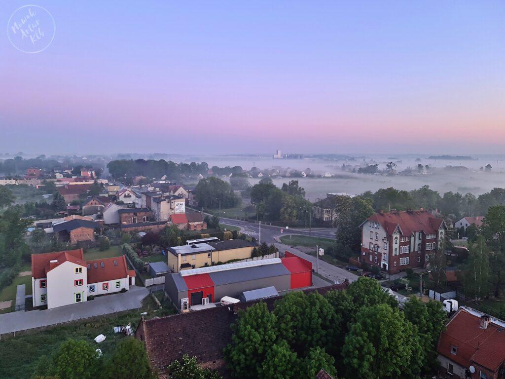 Ul. Wołczyńska skąpana w porannej mgle