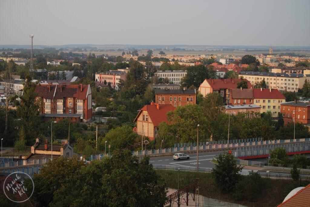 Wiadukt na ul. Wołczyńskiej, dalej ZSL-T i CKZ a jeszcze dalej Osiedle Północ i kościół pw. NSPJ w Kluczborku