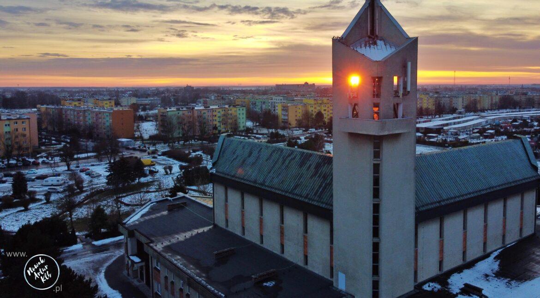 Zachód słońca, wieża kościoła NSPJ w Kluczborku